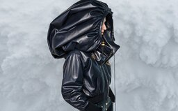 Obrovské kožené kapuce, chlupaté sněhule Miu Miu či ochranné štíty Dolce & Gabbana. Vybrali jsme nejlepší momenty z týdnů módy