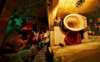 Obyvatelé Hongkongu mají byty s rozlohou jen pár metrů čtverečních. I v tak bohatém městě se nacházejí nesmírně chudí lidé