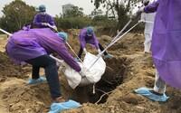 Obyvatelé odmítající nosit roušky musí v Indonésii kopat hroby pro oběti Covid-19