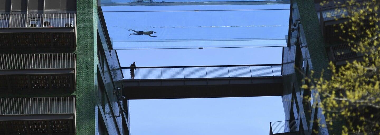Obyvatelé luxusních apartmánů si mohou vychutnat pohled na Londýn z nového průhledného bazénu