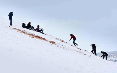 Obyvatelia na Sahare sa sánkujú, napadlo tam aj meter snehu. Poprašok pred Vianocami predznamenal príchod neslýchanej snehovej nádielky
