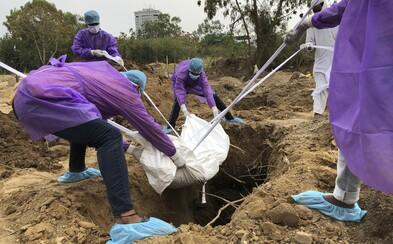 Obyvatelia odmietajúci nosiť rúška musia v Indonézii kopať hroby pre obete COVID-19