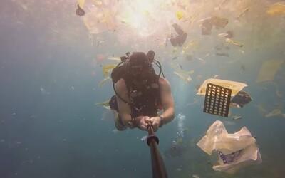 Oceány sú zahltené odpadom. V smutnom videu z Bali sa potápač priam prediera plastom