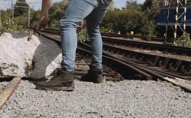 Oceľová tyč aj drevené palety. Polícia upozorňuje na deti, ktoré kladú predmety na vlakové koľaje a môžu spôsobiť vážnu nehodu