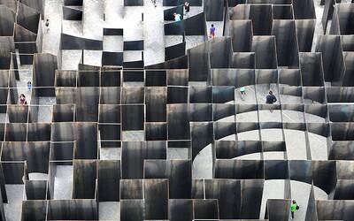 Ocelový labyrint plný optických iluzí ohromil návštěvníky belgického města Gent