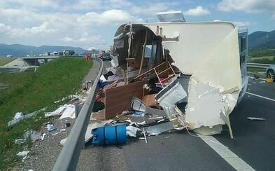 Od rána sa na slovenských cestách stali už dve smrteľné dopravné nehody. Časti z prívesu sa rozleteli do okolia