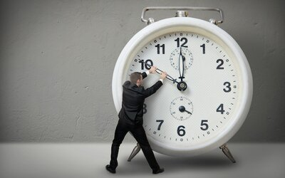 Od slunečních hodin po atomovou přesnost: O vývoji času aneb proč každá sekunda trvá jinou dobu