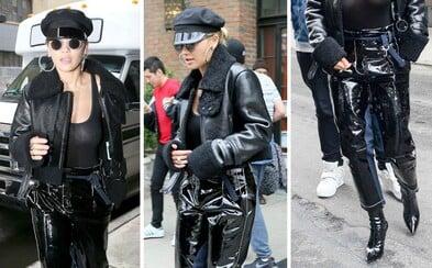Odhalená prsa a plastové džíny se opět připomínají. Rita Ora v extravagantním outfitu v ulicích New Yorku