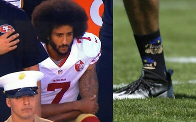 Odmítá se postavit během hymny a nosí ponožky zesměšňující policisty. Americký rebel protestuje a zastává se menšin