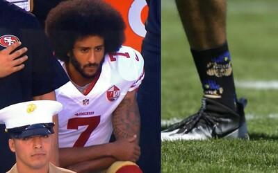 Odmieta sa postaviť počas hymny a nosí ponožky zosmiešňujúce policajtov. Americký rebel protestuje a zastáva sa menšín