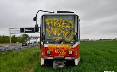 Odstavenou tramvaj u dálnice D1 se dva muži pokoušeli rozebrat na díly