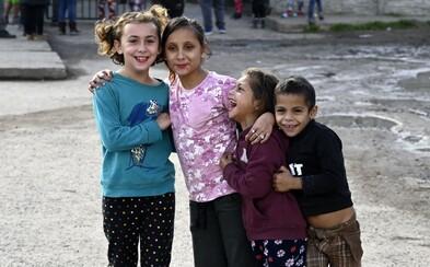 Odstraňte segregaci romských dětí a zaměřte se na strategii ochrany LGBTI, doporučila Evropská komise Česku