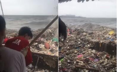 Odstrašující video ukazuje nechutné znečištění moře u Filipín. Vlny vyplavují hromady odpadků