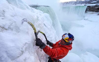 Odvážlivec zdolal zamrzlé Niagarské vodopády jako první v historii!