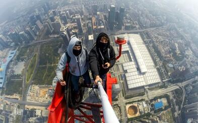 Odvážna dvojica sa vkradla na stavbu a zdolala najvyšší čínsky mrakodrap s výškou 660 metrov