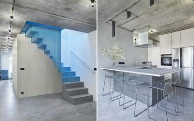 Odvážná proměna mezonetového bytu v pražském Podolí, jehož dominantou je ocelové schodiště modré barvy