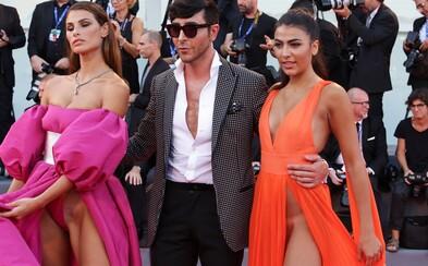 Odvážne odhaľujúce šaty dvojice talianskych modeliek prilákali na filmovom festivale v Benátkach oko nejedného diváka