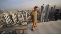Odvážny blázon a jeho jazda na hoverboarde po dubajskej streche. Stačil jeden zlý pohyb a mohol padnúť priamo dole