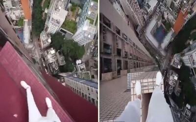 Odvážný milovník adrenalinu přeskočil v Hongkongu z jednoho mrakodrapu na druhý. Žádné jištění přitom nepřicházelo v úvahu