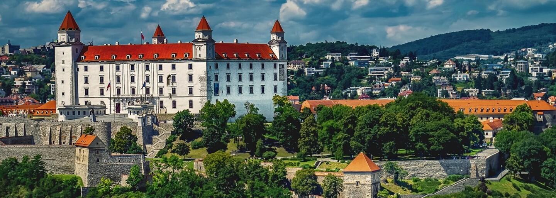 Odvážny slovenský párik si to rozdával priamo na Námestí SNP v Bratislave. Na tráve za pamätníkom sa poobede nenechali nikým rušiť