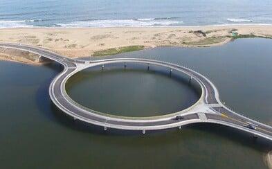 Okrúhly most v Uruguaji chce vodičov prinútiť znížiť rýchlosť, ale najmä užiť si nádherný pohľad navôkol