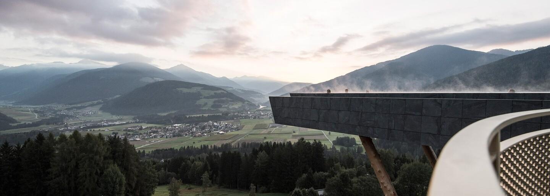 Okúpal by si sa v bazéne s priehľadným dnom vo výške 12 metrov s parádnym výhľadom na pohorie Dolomity? Taliansky hotel ponúka hosťom novú atrakciu