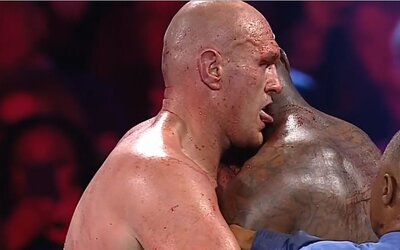 Olizoval Tyson Fury krv Deontaya Wildera? Pozri si kontroverzný okamih zápasu