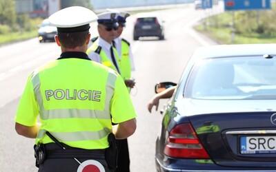 Olomoučtí policisté psali pokuty mazacím perem. Rozdíl v částkách si pak rozdělili