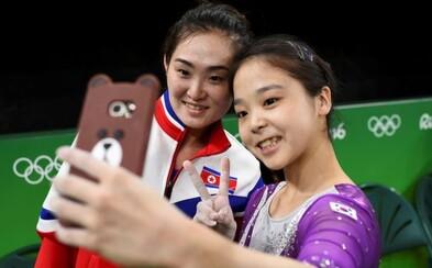 Olympijský duch zvíťazil. Gymnastky Severnej a Južnej Kórey si zapózovali pri selfie