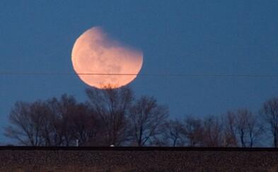 Onedlho nás čaká ďalšie vesmírne divadlo. Ľudí po celom svete uchváti Mesiac
