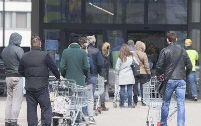 Opatrenia vlády nepostačujú: Slováci sú vraj pred obchodmi agresívni a vulgárni, v radoch sa zdržuje množstvo dôchodcov