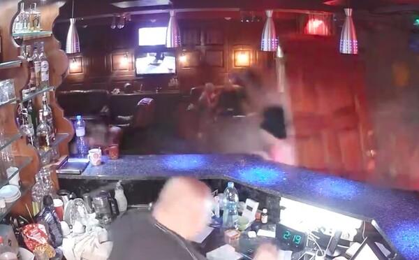 Opilá řidička najela autem do nočního klubu v Chebu. Situaci zaznamenala průmyslová kamera