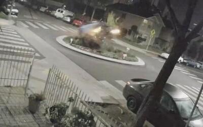 Opilá řidička přeletěla přes kruhový objezd v rychlosti 160 km/h. Po nárazu vyletěla do vzduchu jako ve filmu