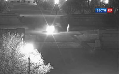 Opilá žena uhasila věčný oheň u válečného památníku v Rusku. Policie po ní intenzivně pátrá