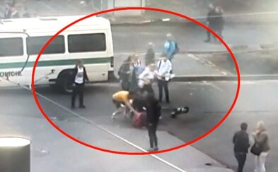 Opilý cizinec na koloběžce v Praze srazil ženu. Incident zachytil kamerový systém