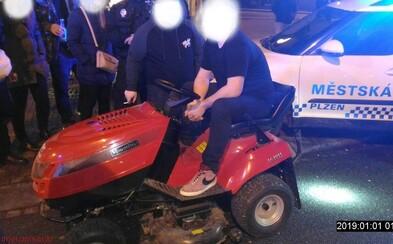 Opilý mladík na Silvestra jezdil centrem Plzně na zahradním traktorku