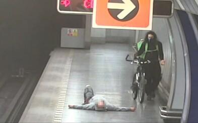 Opilý muž napadl v metru kurýra s kolem. Když jej nepřemohl, hrál napadeného, a poté zkoušel policii utéct