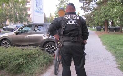 Opilý muž v Plzni pokřikoval, že má koronavirus. Policistům řekl, že šlo o vtip