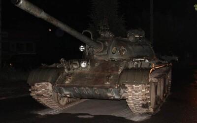 Opilý Polák v noci jezdil po městě v sovětském tanku. Měl ho jen naložit na náklaďák, teď mu hrozí 8 let vězení