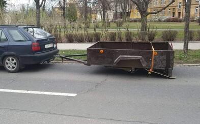 Opilý řidič měl na vozíku místo kola skateboard. Policistům tvrdil, že pil jen francovku