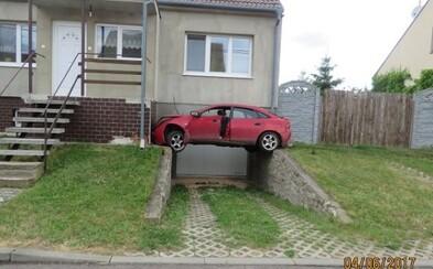 Opilý řidič zaparkoval nad vjezdem do garáže. Nikdo nechápe, jak se mu to podařilo