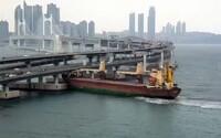 Opilý ruský kapitán vrazil nákladní lodí do mostu v Jižní Koreji. Udělal v něm pětimetrovou díru