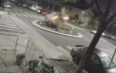Opitá vodička preletela cez kruhový objazd v rýchlosti 160 km/h. Po náraze vyletela do vzduchu ako vo filme