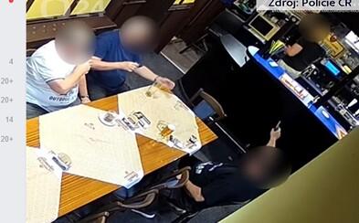 Opilý Čech začal v hospodě střílet na barmana, protože mu nechtěl dovolit kouřit uvnitř podniku