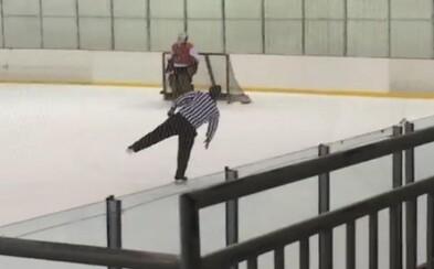 Opitý hokejový rozhodca sa na zápase správal ako krasokorčuliar