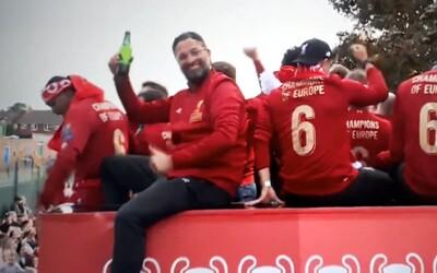 Opitý Klopp skoro spadol z autobusu Liverpoolu. Oslavy si užíva naplno, rovnako ako fanúšikovia v uliciach