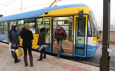 Opilý Slovák boxerským úderem do obličeje knokautoval řidičku tramvaje