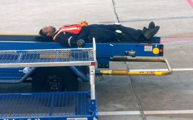 Opitý nakladač batožiny zaspal v nákladnom priestore lietadla, zobudil sa 800 kilometrov od domova