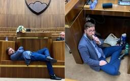 Opozícia okupuje rokovaciu sálu v pyžamách. V parlamente nocujú so svadobnou tortou symbolizujúcou vzťah ĽSNS a Smeru
