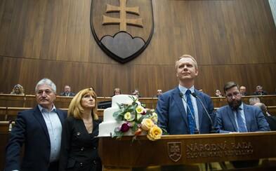 Opoziční poslanci blokovali rečnícky pult. Držali tortu, ktorá symbolizuje svadbu medzi Smerom a ĽSNS, schôdzu presunuli na zajtra